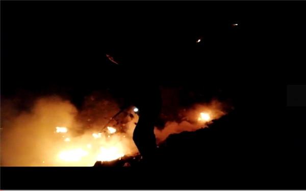 【出彩河南公安】内乡公安:垃圾堆突然着火 警民合力灭火排险情