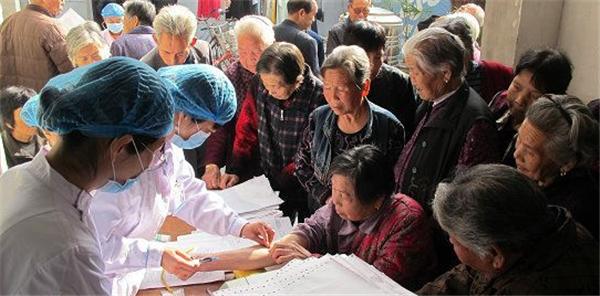内乡县岞曲镇:积极开展农村老人健康体检