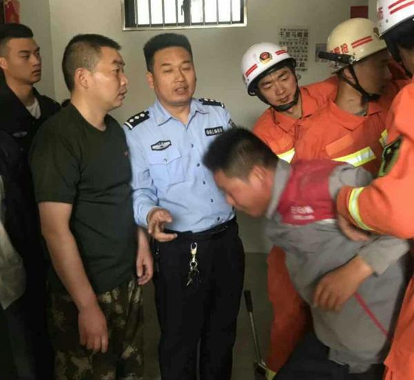 邓州:前进派出所民警及时解救电梯被困人员