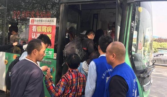 郑州迎来清明客流高峰 公交志愿者帮助市民乘车返程