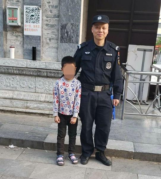 邓州特警景点执勤时不忘为民服务