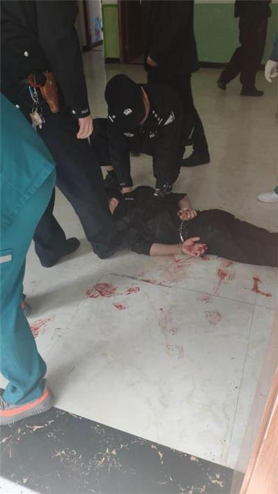 男子争吵时不慎割伤动脉拒绝治疗 民警赶到将其制服