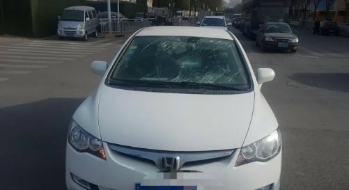 惊吓!郑州一女子正在开车 一男子突然跳上车踩烂挡风玻璃