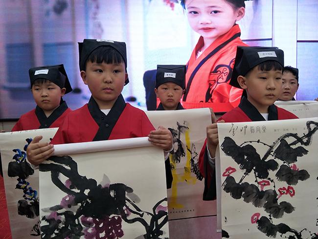 """临风堂国学家庭教育讲座在郑州举行 让家长做""""甩手大掌柜"""""""