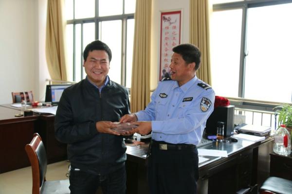 南召:执行法官六天结案 申请人喜领执行款