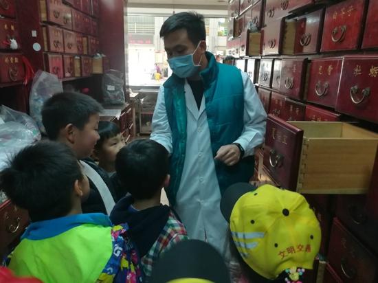 """八岁小药郎""""杠""""上了老药师 ——郑州市中原区新街坊小学参观郑州市中医院"""