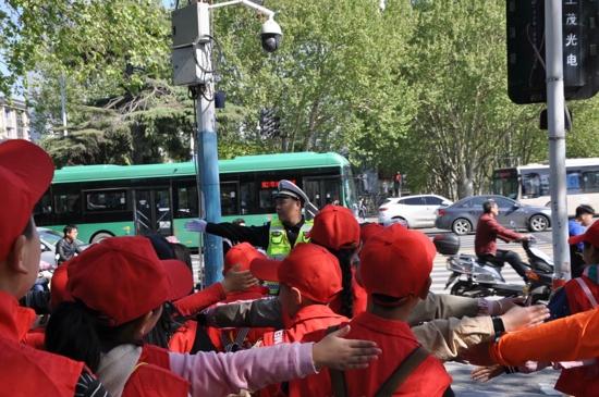 """""""今天我是小交警""""——郑州市建设路第三小学中华校园小记者走进交警队体验采访"""