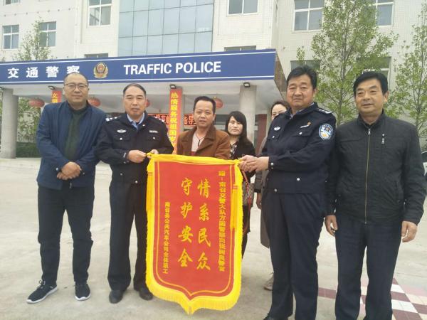 南召交警为中小学生交通安全护航