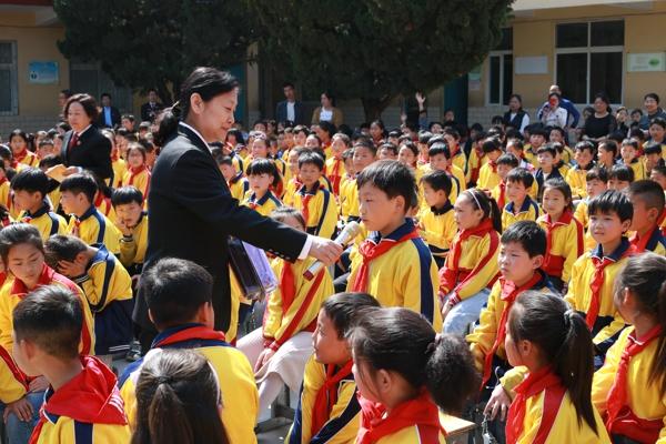卧龙区法院:送法进校园关爱贫困村留守儿童