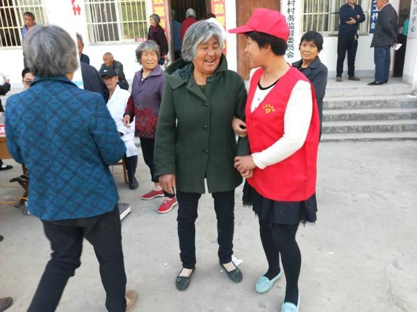 内乡县王店镇志愿者服务队积极服务老年人体检活动