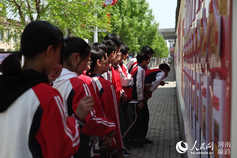 """郑州:抒发爱党爱国情怀 文化墙变成""""学习墙"""""""