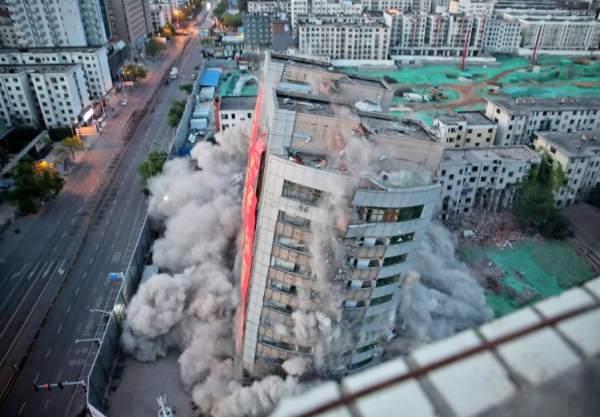 郑州昔日地标——冰熊大厦  昨日凌晨成功爆破