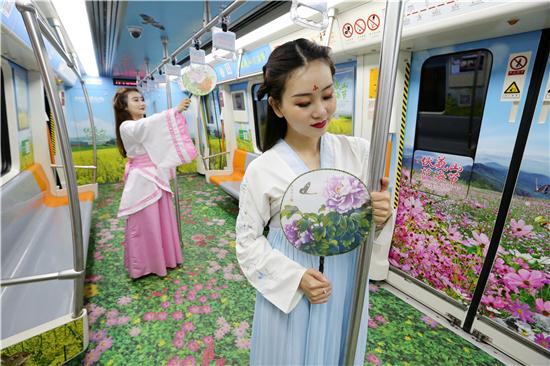 郑州地铁开出伏羲山花海专列 白领闺蜜拍汉服写真玩穿越