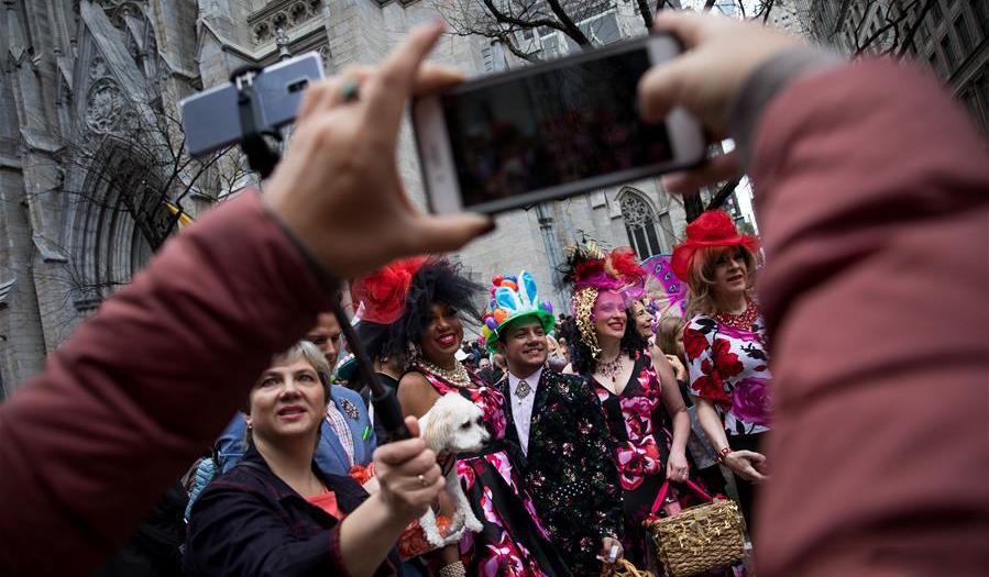 美国纽约:缤纷花帽庆祝复活节