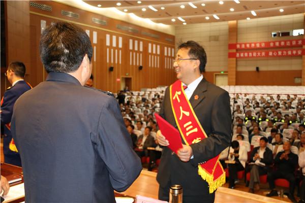 """郑伟:甘为民先的执行法官 老百姓夸他是""""良心法官"""""""