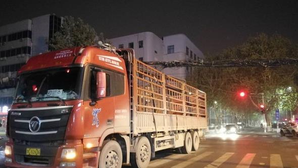 郑州街头一大货车一下挂断三根线杆 周边停网又停电