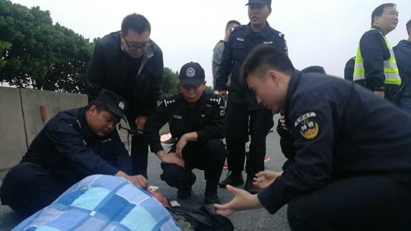 山东老乡高速爆胎遭遇交通事故 百名邓州特警展开生死营救