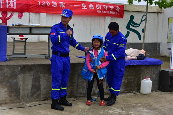 """邓州市公安局""""五讲六进""""宣讲团走进贫困村开展宣讲活动"""