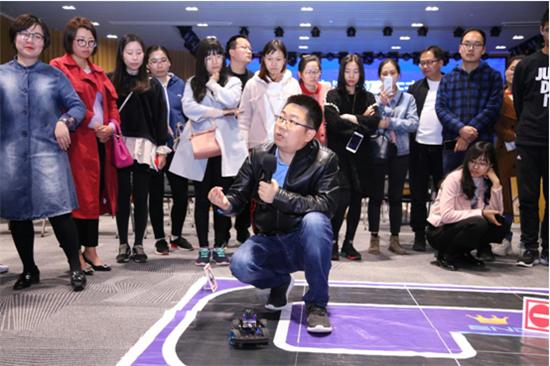 少年引领新未来 航空港区开展人工智能进课堂活动