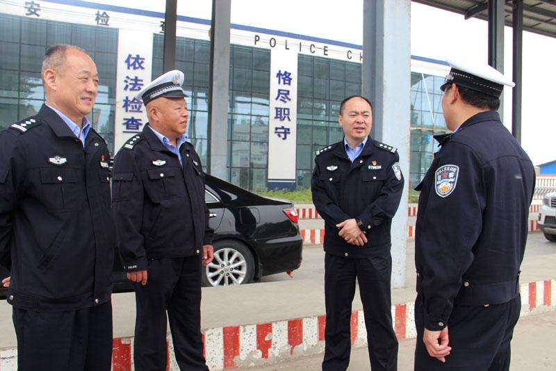 新野县公安局党委副书记、政委高雁深入一线检查督导工作
