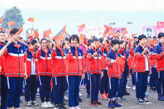 郑东新区千名青年在如意湖畔唱响《我和我的祖国》