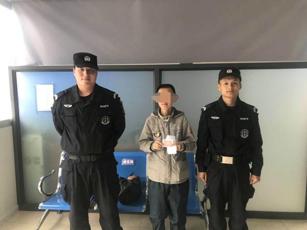 湖北籍智障男子流落邓州  巡特警队员热心助其回家