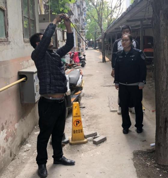 郑州市文化路街道博物院社区联合派出所开展无主管楼院剪除飞线行动