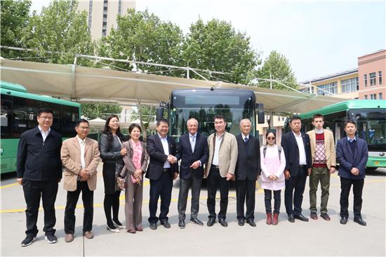 匈牙利前总理麦杰希体验郑州快速公交
