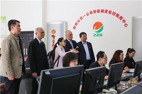 """匈牙利前总理麦杰希体验郑州快速公交 """"互联网+""""创新智能化发展"""