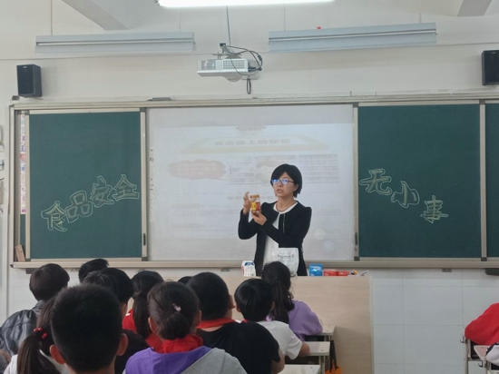 郑州高新区五龙口小学各班组织学生开展以食品安全为主题的班会