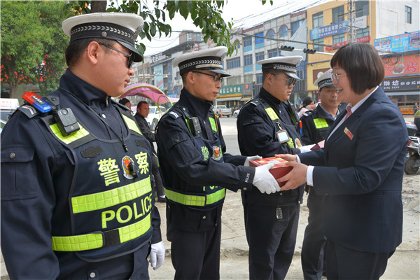 图片新闻:内乡农商银行慰问一线交警