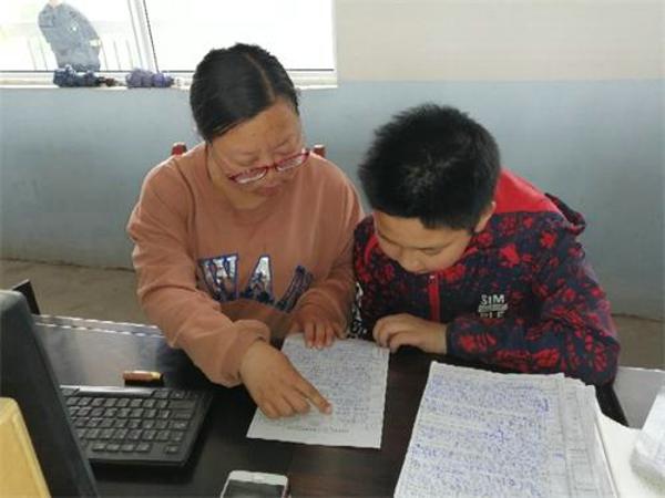 内乡县桃溪镇中心小学:把爱洒向每个贫困家庭
